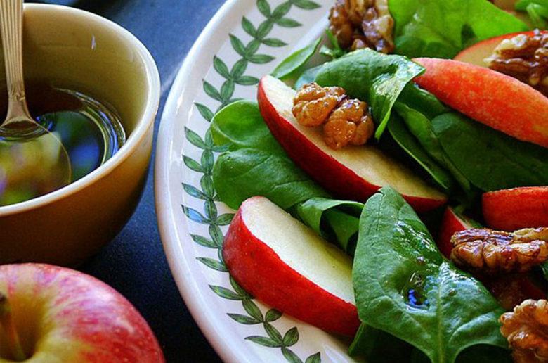 salat med spinat æbler og valnødder
